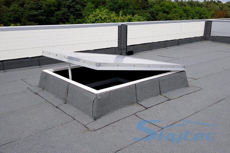 swietlik dachowy otwierany silownikiem elektrycznym do przewietrzania skytec